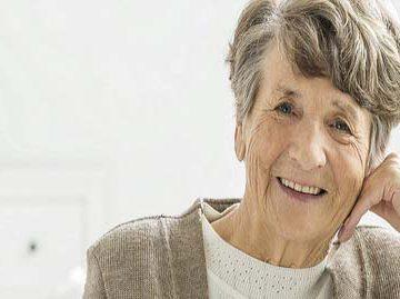 señora en geriátrico con problemas de dermatología