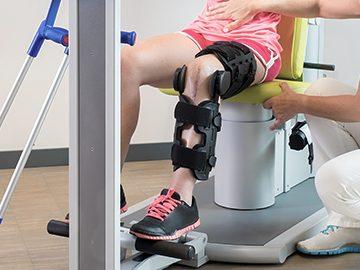 doctor ayudando a paciente con prótesis
