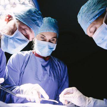 Tres médicos realizando un transplante