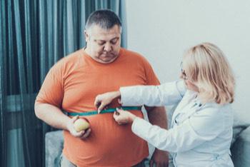 Doctora midiendo el perímetro torácico a paciente con enfermedad renal