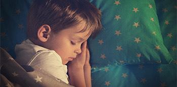 Niño durmiendo con enuresis nocturna monosintomática
