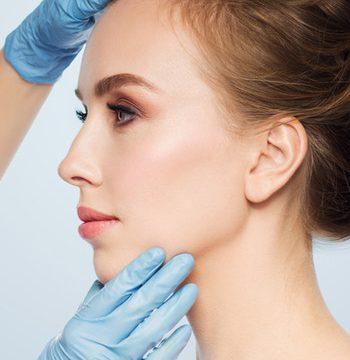 Cara de mujer de perfil con parálisis facial