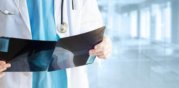 Doctor con dos imágenes radiológicas de mama