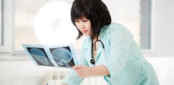 Doctora observando una radiología cuantitativa
