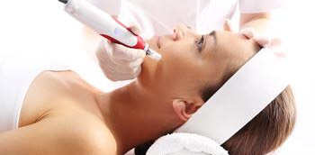 Mujer recibiendo un tratamiento estético