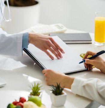 Doctores con una libreta evaluando un plan nutricional