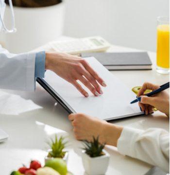Doctores comentando nuevas perspectivas sobre la enfermedad celiaca