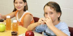 Niños en el comedor de la escuela alimentándose