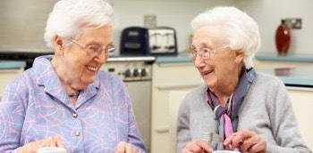Dos mujeres mayores alimentándose en una residencia
