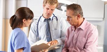 Médicos tratando la gestión de las consultas