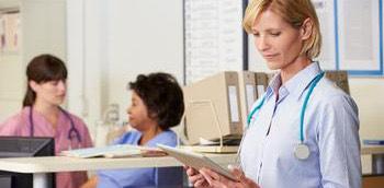 Doctora analizando la actividad hospitalaria de dos niñas