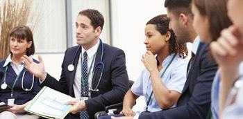 Médicos discutiendo sobre la gestión del tiempo y la resolución de conflictos