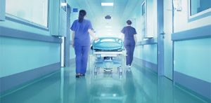 Dos médicos con una camilla en urgencias