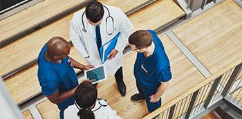 Doctores discutiendo sobre Lupus y Síndrome de Sjögren