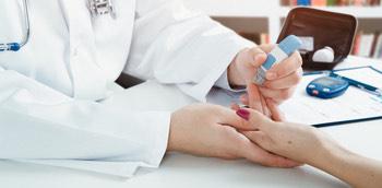 Médico haciendo prueba sobre la diabetes renal a una paciente