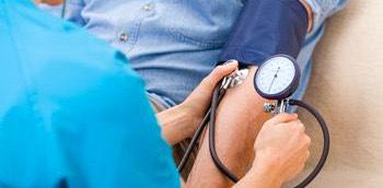 Doctora tomando la tensión arterial a un paciente