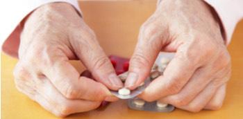 Doctor con medicamentos para paciente mayor