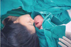 Madre con recién nacido en el parto