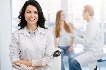 Dos médicos de atención primaria pasando consulta