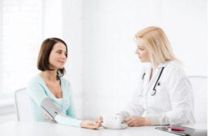 Doctora tomando la tensión a una paciente