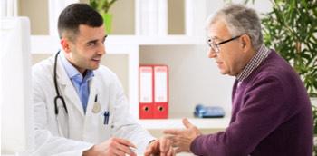 Médico abordando problemas con el alcohol de un paciente
