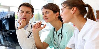 Médicos interpretando una radiografía