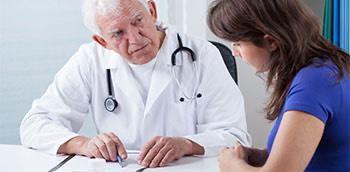 Doctor explicando a una paciente el tratamiento