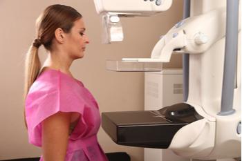 Una paciente recibiendo una mamografía