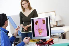 Doctor con una imagen renal explicando a paciente